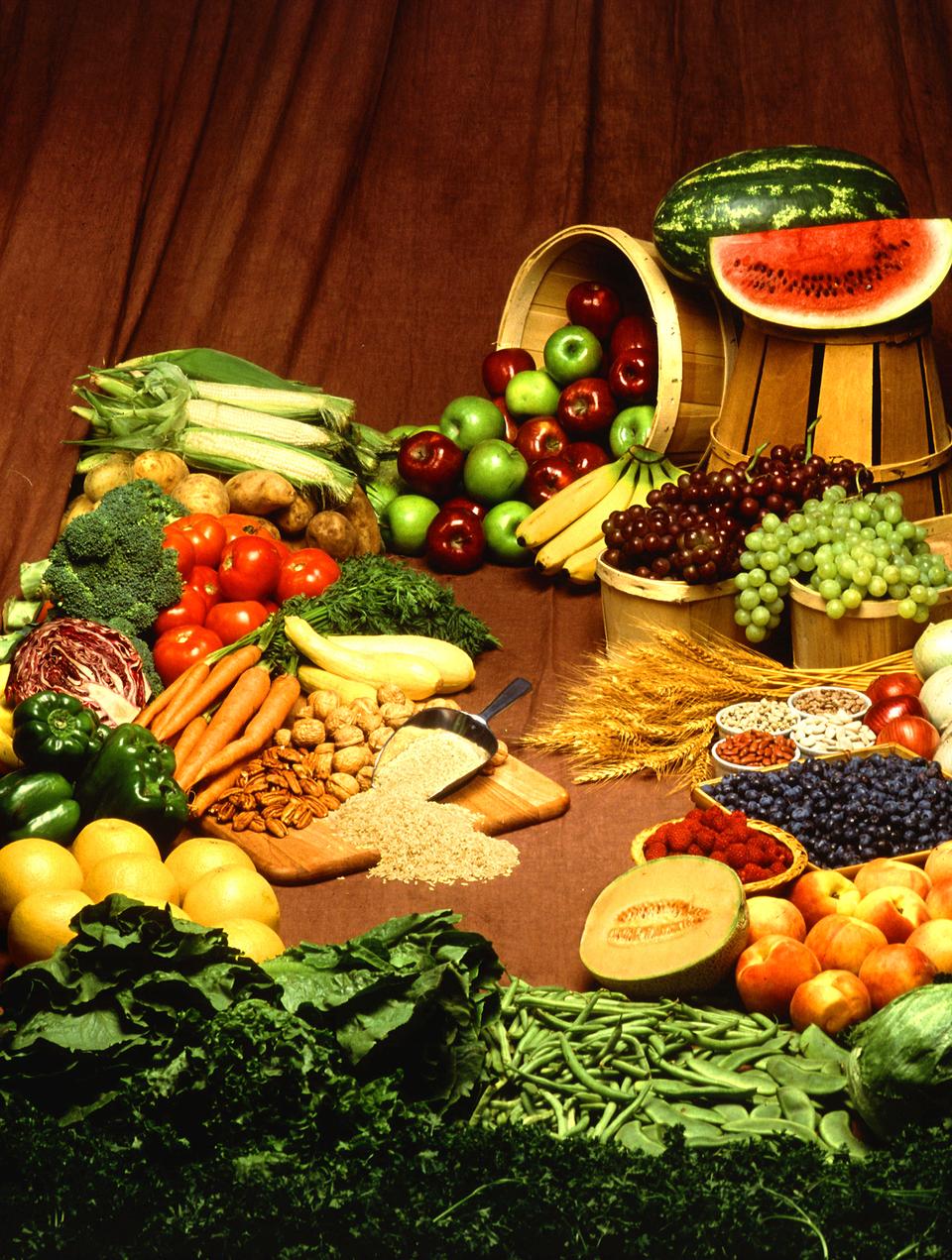 Fotografia przedstawiająca warzywa iowoce bogate wcukry: jabłka, arbuzy, pomidory, brokuły, winogrona, marchew, jagody, kapusta
