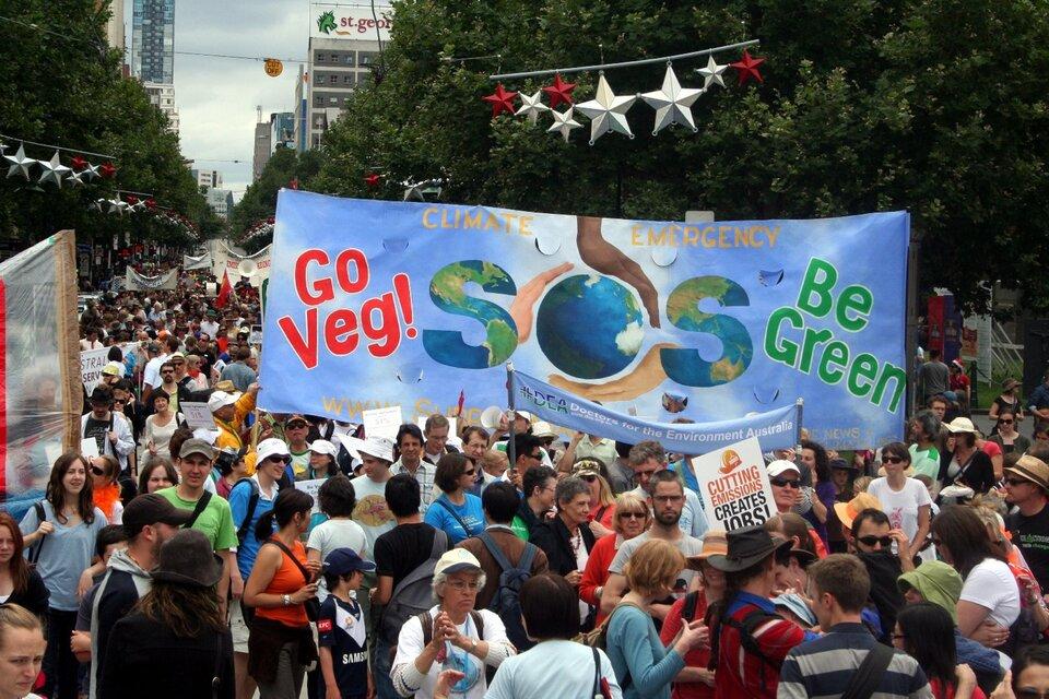 Na zdjęciu manifestacja wMelbourne wAustralii wobronie klimatu. Manifestanci domagają się większej dbałości od polityków oklimat na Ziemi idoprowadzenie do zmniejszenia emisji dwutlenku węgla. Na zdjęciu wielki, kolorowy tłum ludzi maszerujący ulicą. Ludzie trzymają transparenty.