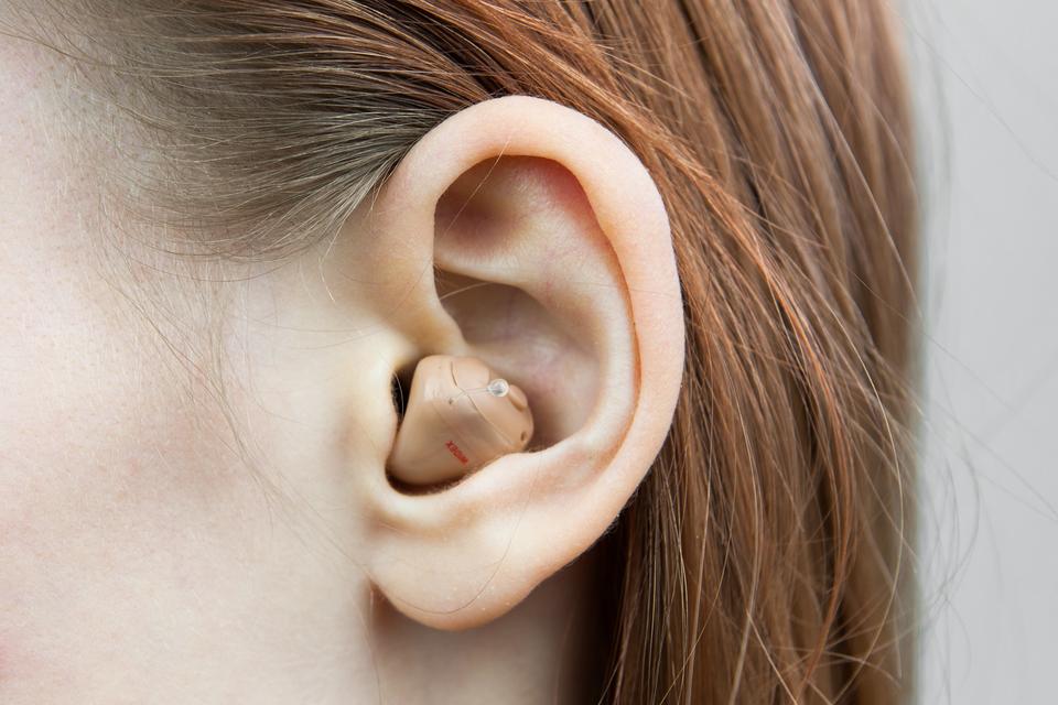 Zdjęcie przedstawiające aparat słuchowy umiejscowiony wuchu