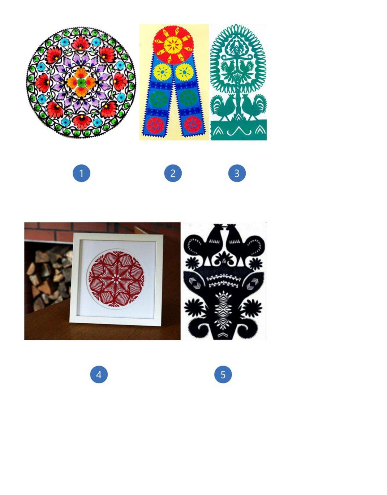 Pierwsza ilustracja przedstawia serwetkę zbudowana ztrzech pierścieni ikole wśrodku. Zewnętrzny pierścień to zielone pawie oczka ułożone dookoła. Kolejny pierścień to na przemian duże czerwone imałe niebieskie kwiaty. Trzeci pierścień składa się zfioletowych listków. Środek to zielony kwiatek dookoła, którego są cztery pomarańczowo-czerwone kwiaty. Pierścienie oddzielone są czarną cienką linią od siebie. Druga ilustracja przedstawia czerwone koło zżółtym wzorem wśrodku. Zkoła wychodzą dwie niebieskie wstęgi zpiłowatymi brzegami. Na każdej znich są trzy okrągłe rozetki wkolorze żółtym, zielonym iczerwonym ułożone jedna pod drugą. Rozetki są przedzielone wzorem przypominającym ustawione małe słupki siana wkolorze granatowym. Trzecia ilustracja przedstawia zielone wzory. Wcentralnej części jest drzewo zowalną koroną. Po obu stronach stoją koguty. Wśrodku korony drzewa mamy kolejny wzór. Są to dwa koguty siedzące na gałązce zwrócone dziobami do siebie. Ponad nimi na gałązce siedzą dwa ptaki stykające się dziobami. Czwarta ilustracja przedstawia wzór wkolorze czerwonym oparty na okręgu. Wśrodku widać kwiat obiałych płatkach. Od niego rozchodzą się wzory tworzące gwiazdę zwieńczone na końcach motywem roślinnym. Piąta ilustracja przedstawia rawską rózgę. Jest to czarny, symetryczny wzór wycinaki. Widać na niej motywy roślinne, gałązki zkwiatami, augóry nad nimi są dwa koguty stykające się dziobami.