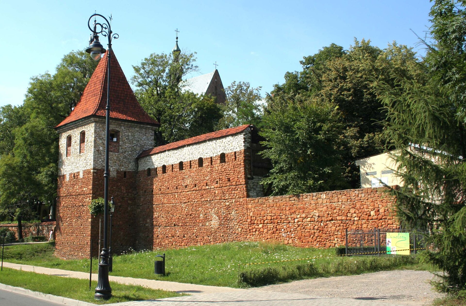 Mury obronne wOlkuszu Mury obronne wOlkuszu Źródło: Ufoizba, Wikimedia Commons, licencja: CC BY-SA 3.0.