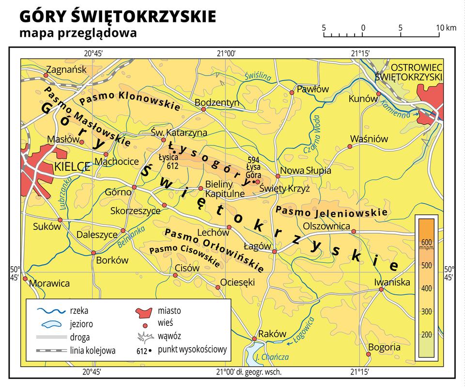 Ilustracja przedstawia mapę przeglądową Gór Świętokrzyskich. Na mapie dominuje kolor żółty oznaczający obszary powyżej dwustu metrów nad poziomem morza ikolor pomarańczowy oznaczający obszary owysokości powyżej czterystu metrów nad poziomem morza. Oznaczono iopisano miasta, rzeki, jeziora ipunkty wysokościowe. Opisano pasma górskie. Na mapie przedstawiono drogi ilinie kolejowe. Dookoła mapy wbiałej ramce opisano współrzędne geograficzne co piętnaście minut. Wlegendzie opisano znaki użyte na mapie.
