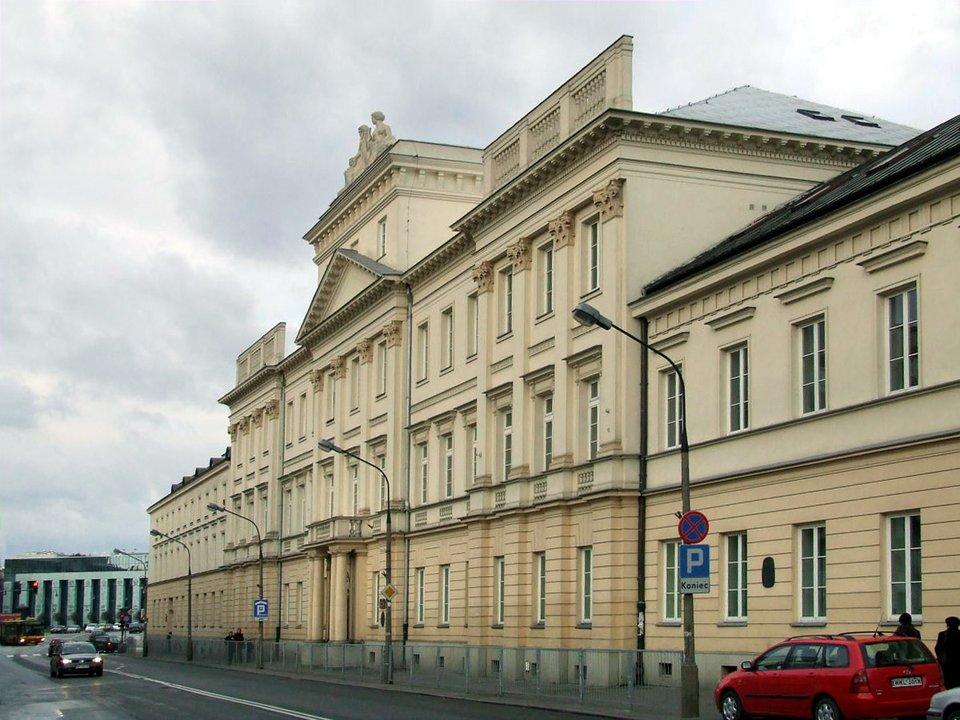 KolegiumNobilium – dzisiejszy widok budynku, wktórym pierwotnie mieściła się szkoła. Gmach wzniesiono wl. 1743-1654 przy dzisiejszej ul. Miodowej 24; stykał się on zklasztorem pijarów, aod strony ogrodowej zkościołem pijarów przy ul. Długiej. KolegiumNobilium – dzisiejszy widok budynku, wktórym pierwotnie mieściła się szkoła. Gmach wzniesiono wl. 1743-1654 przy dzisiejszej ul. Miodowej 24; stykał się on zklasztorem pijarów, aod strony ogrodowej zkościołem pijarów przy ul. Długiej. Źródło: Hubert Śmietanka, Wikimedia Commons, licencja: CC BY-SA 2.5.