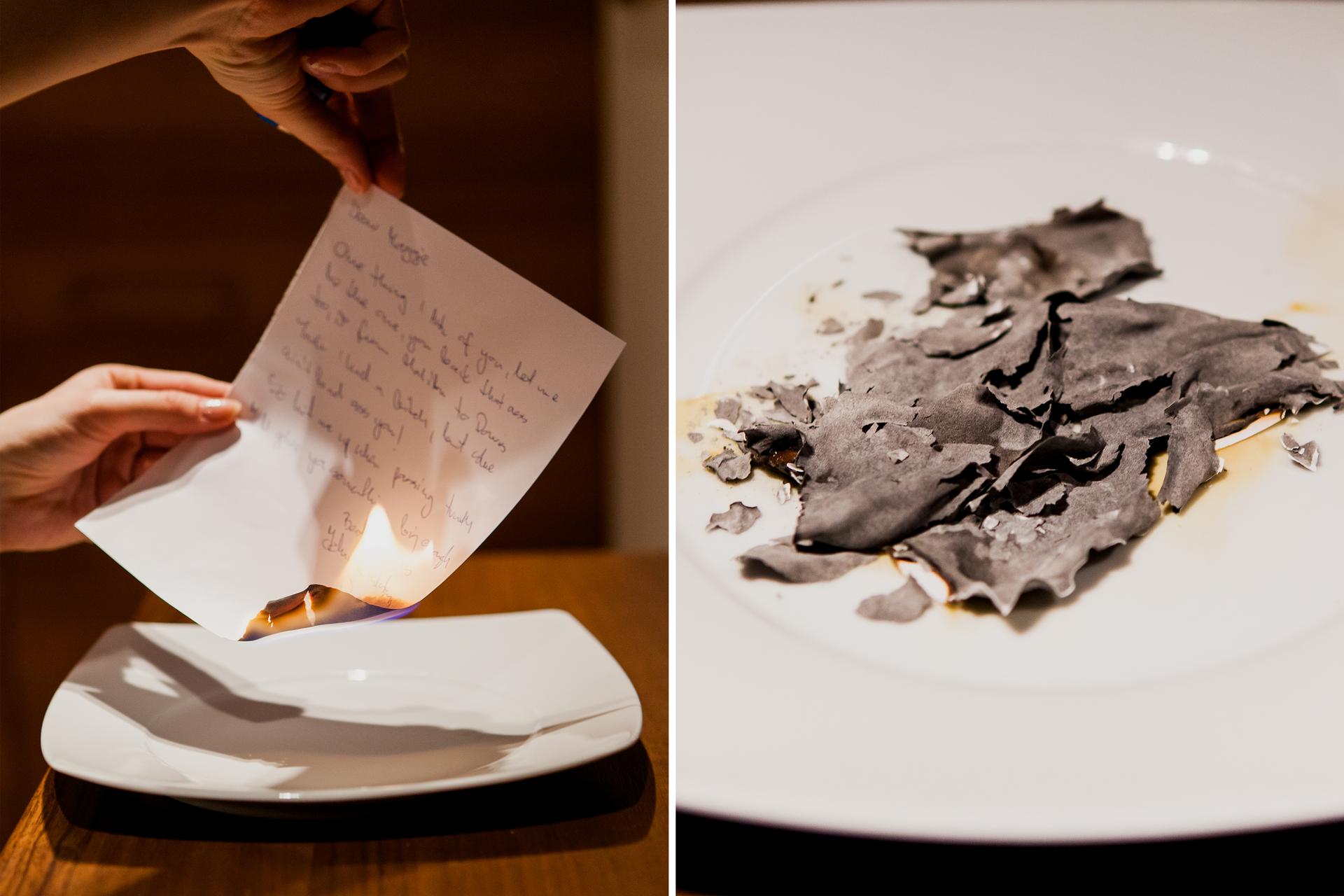 Ilustracja prezentuje dwa zdjęcia umieszczone obok siebie. Lewe przedstawia dłonie osoby palącej list nad porcelanowym talerzykiem. Na prawym pokazywane są wzbliżeniu spalone, kompletnie poczerniałe inierozpoznawalne skrawki papieru.