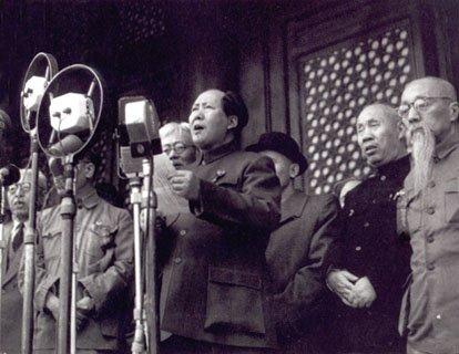 """Mao wchwili proklamowanianowego państwa powiedział: """"Chińczycy zawsze byli wielkim, odważnym ipracowitym narodem, znaleźli się oni wtyle tylko wczasach nowożytnych. Awynikało to wyłącznie zucisku iwyzysku obcego imperializmu ikrajowych rządów reakcyjnych. Nasz naród nie będzie dłużej narodem znieważanym iupokarzanym. Rozprostowaliśmy się"""". Mao wchwili proklamowanianowego państwa powiedział: """"Chińczycy zawsze byli wielkim, odważnym ipracowitym narodem, znaleźli się oni wtyle tylko wczasach nowożytnych. Awynikało to wyłącznie zucisku iwyzysku obcego imperializmu ikrajowych rządów reakcyjnych. Nasz naród nie będzie dłużej narodem znieważanym iupokarzanym. Rozprostowaliśmy się"""". Źródło: 1949, Fotografia, domena publiczna."""