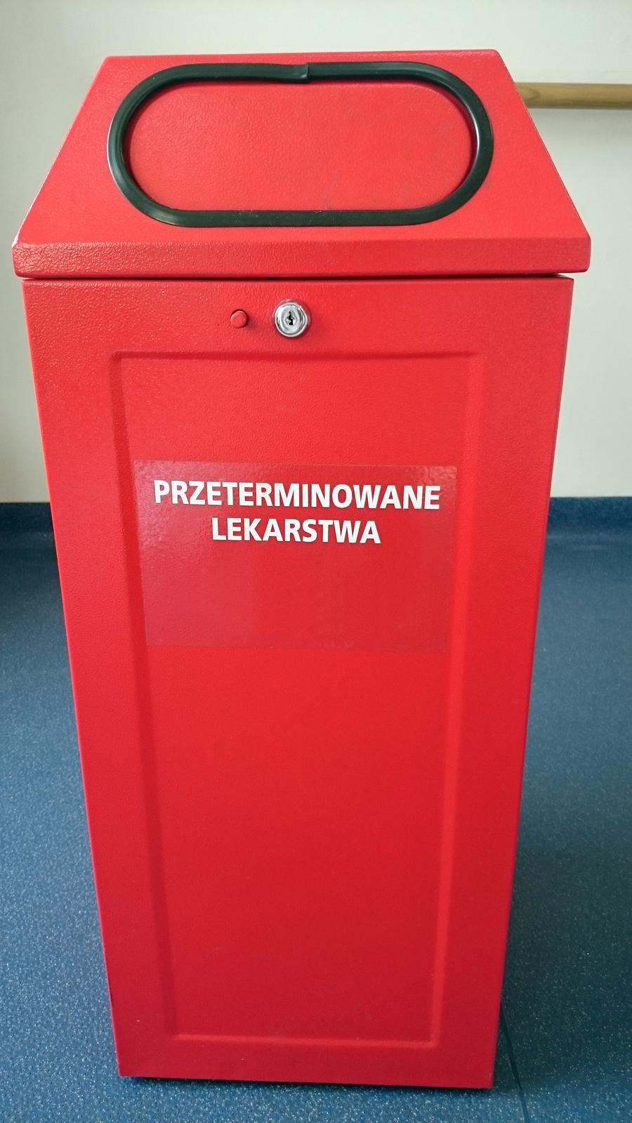 Zdjęcie przedstawia pojemnik na przeterminowane leki, który można znaleźć waptekach.