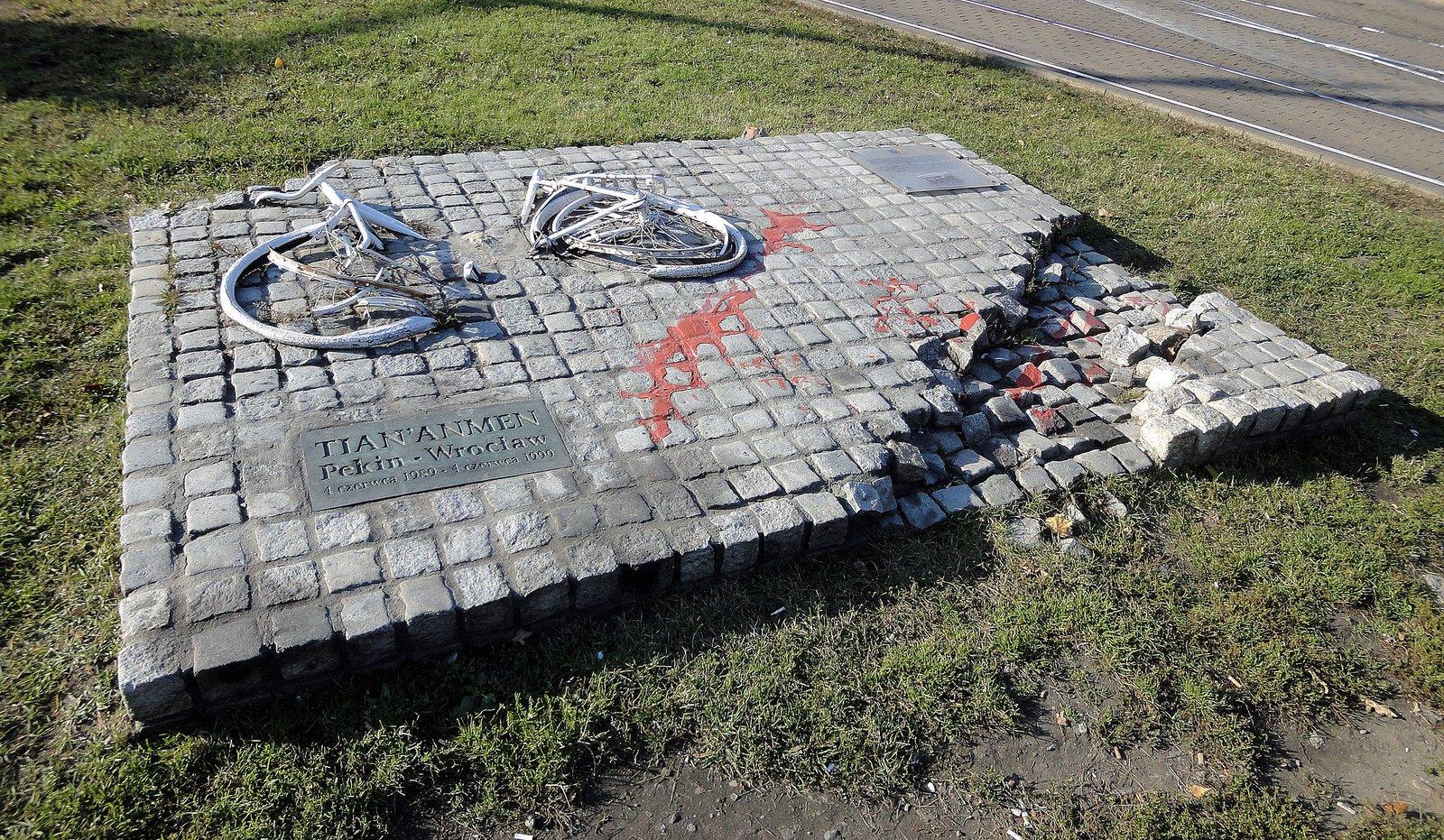 Replika zniszczonego w1989 przez komunistów pomnika we Wrocławiu poświęconego masakrze na placu Tian'anmen z4 czerwca 1989. Autor repliki: Marek Stanielewicz. Autorzy oryginału: Igor Wójcik, Joanna Czarnecka