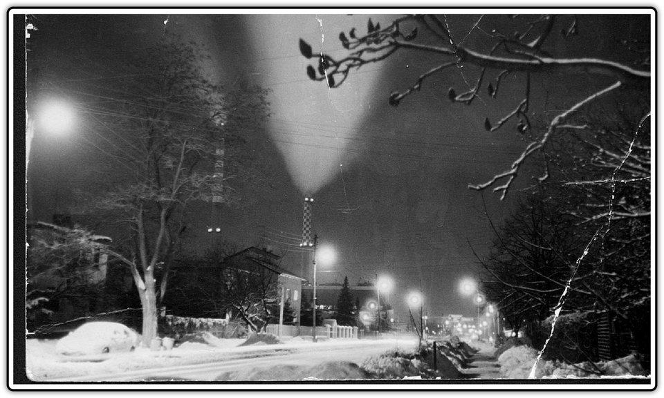 Fotografia przedstawiająca zaśnieżoną miejscowość nocą