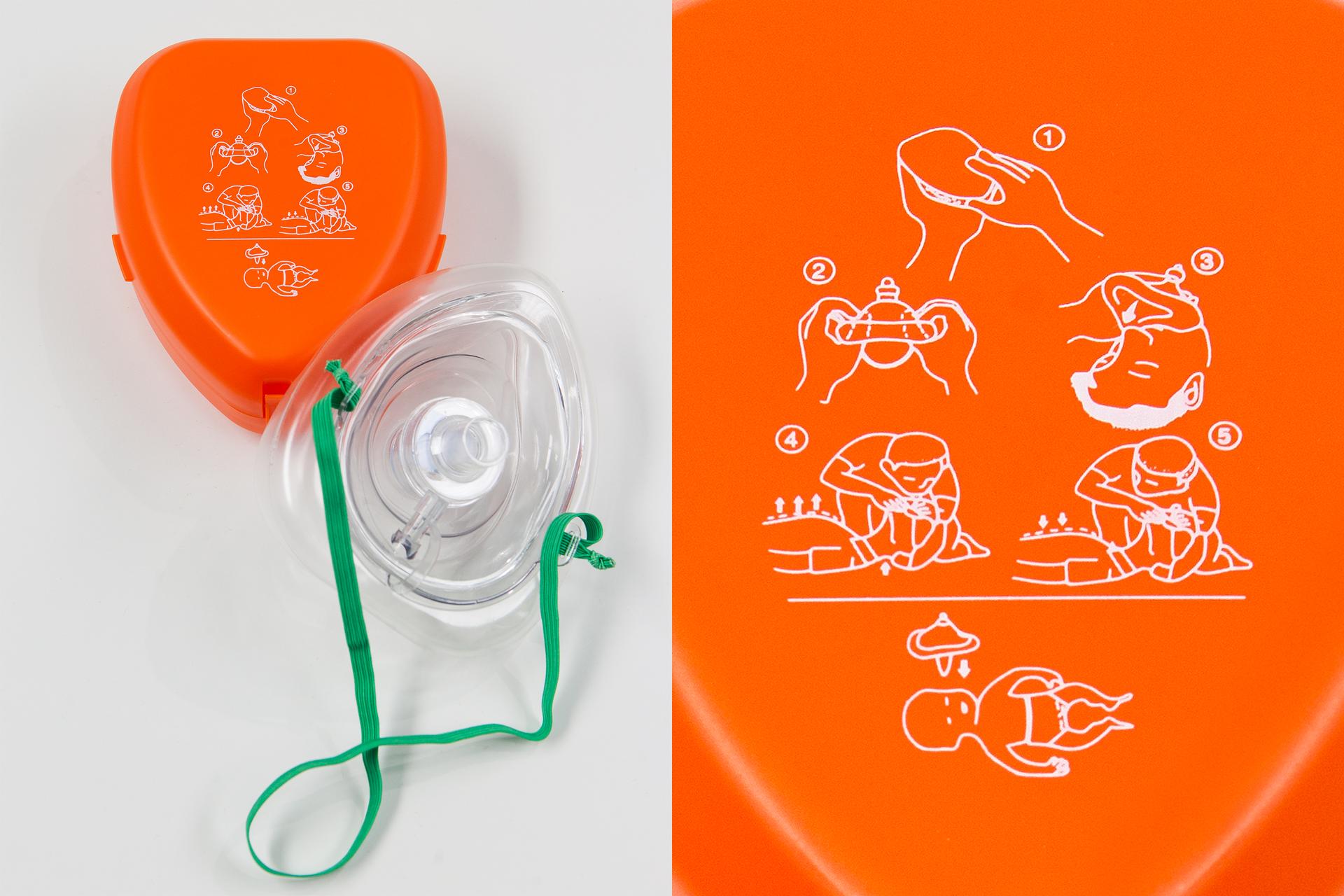Galeria 1 składa się zdwóch zdjęć podstawowych środków ochrony osobistej przy prowadzeniu oddechów ratowniczych. Zdjęcie po prawej przedstawia zaawansowany środek ochrony osobistej. To maska twarzowa. Plastikowa przeźroczysta maska nakładana na usta inos poszkodowanego wtrakcie wykonywania oddechów ratowniczych. Maska ma kształt piramidy zustnikiem na górze. Powyżej maski plastikowe opakowanie wformie pudełka.