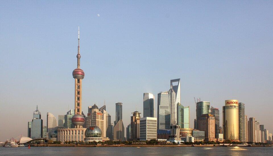 Na zdjęciu nowoczesna zabudowa, wysokie budynki biznesowe owyszukanych kształtach.