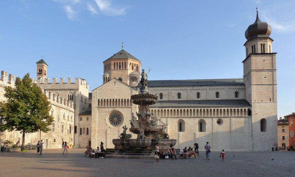 Katedra wTrydencie, wktórej toczyły się obrady soboru. Plac katedralny zfontanną Neptuna Źródło: Matteo Ianeselli, Katedra wTrydencie, wktórej toczyły się obrady soboru. Plac katedralny zfontanną Neptuna, 2009, fotografia, licencja: CC BY 3.0.