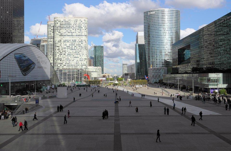 La Défense La Défense Źródło: Martin Falbisoner, La Défense, licencja: CC BY 3.0.