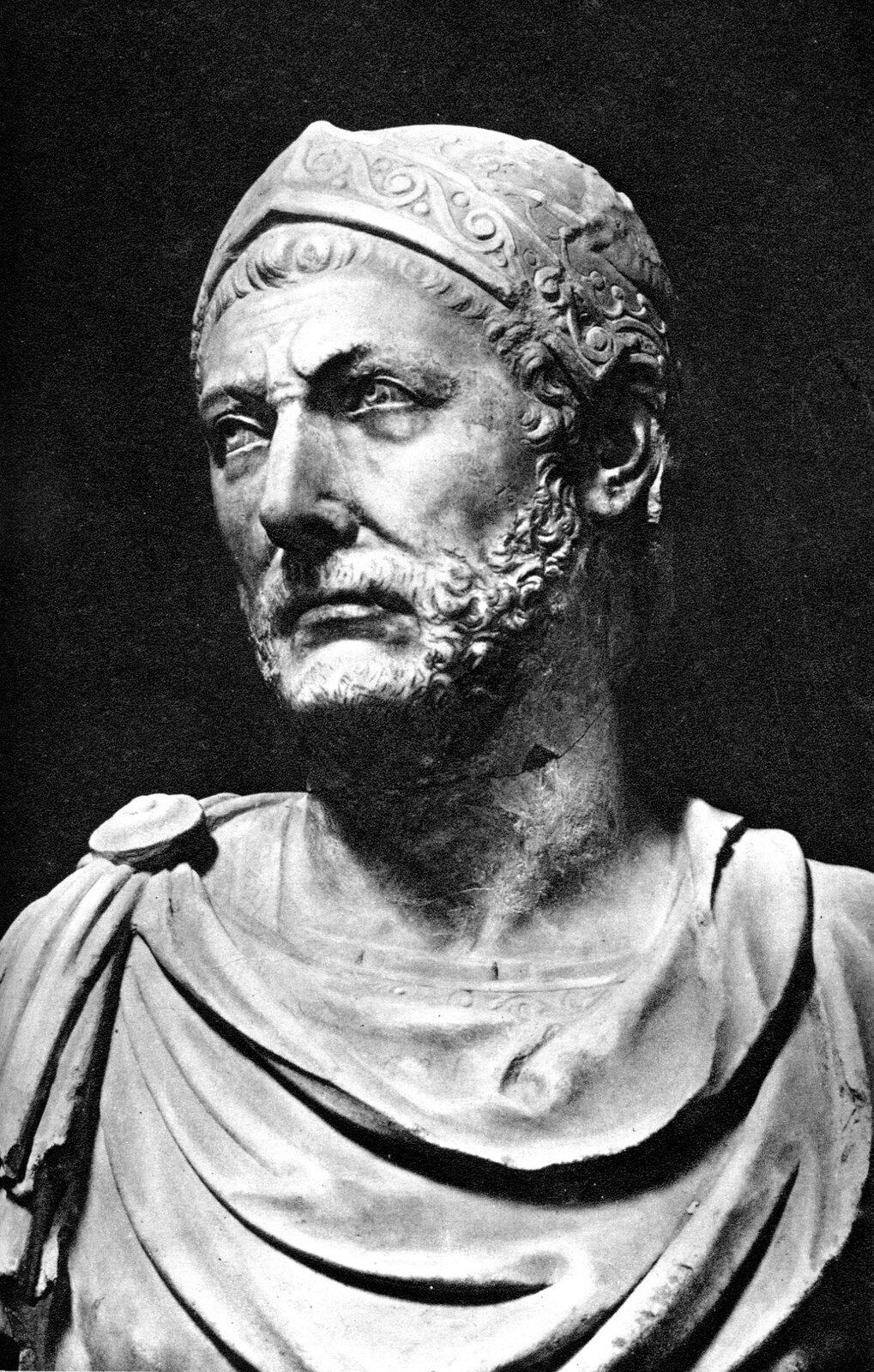 Czarnobiała ilustracja przedstawia popiersie Hannibala. Ukazany jest jako mężczyzna wśrednim wieku. Głowę odchyla lekko wbok, patrzy wdal. Ma krótki kręcony zarost, na głowie hełm, spod którego wystają kosmyki włosów. Ramiona spowite są szatą sczepioną okrągłą zapinką.