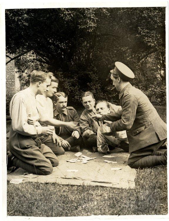 zdjecie przedstawiabrytyjskichżołnierze podczas gry wkarty