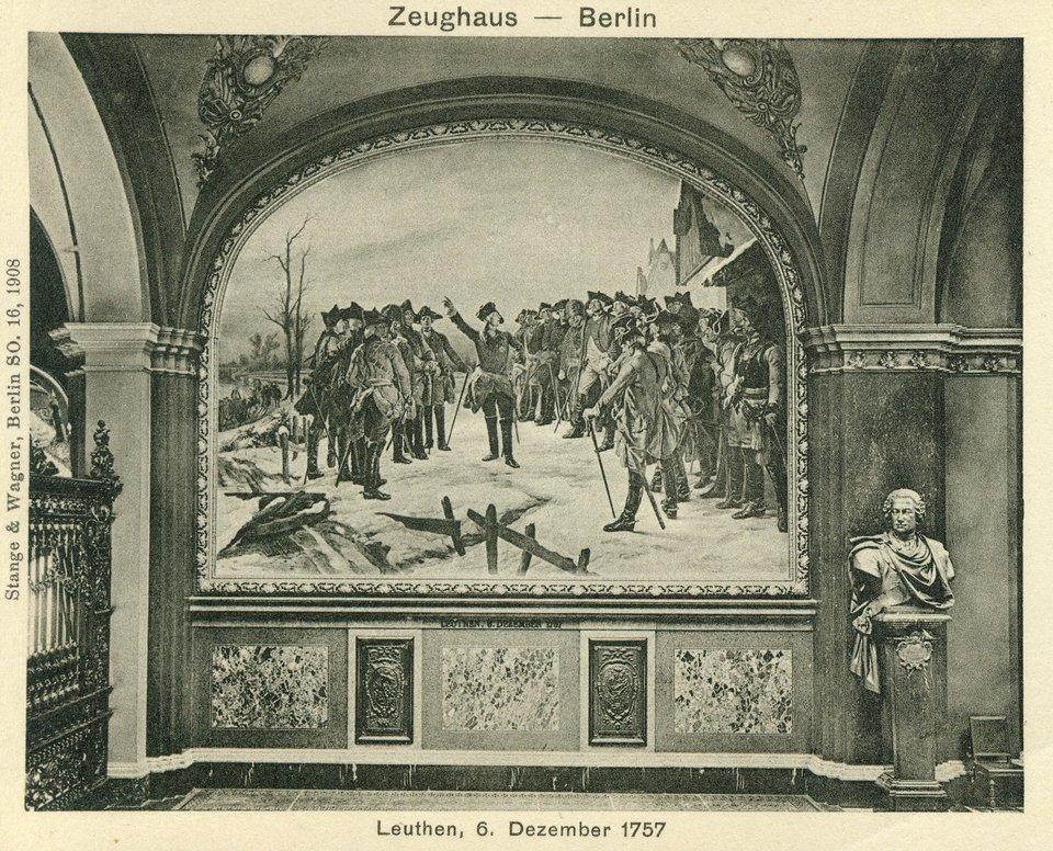 """Bitwa pod Lutynią Bitwa pod Lutyniąna zachód od Wrocławia (1757), Austria rozbita przez Fryderyka II – pocztówka pokazująca obraz """"Fryderyk II po bitwie pod Lutynią"""", który był eksponowany wBerlinie wtzw. """"Hali Chwały"""" wberlińskim arsenale - wystawa w1945 przestała istnieć; część obrazów irzeźb uległa zniszczeniu, prawdopodobnie również ten. Źródło: Fritz Roeber, Bitwa pod Lutynią, ok. 1890, domena publiczna."""