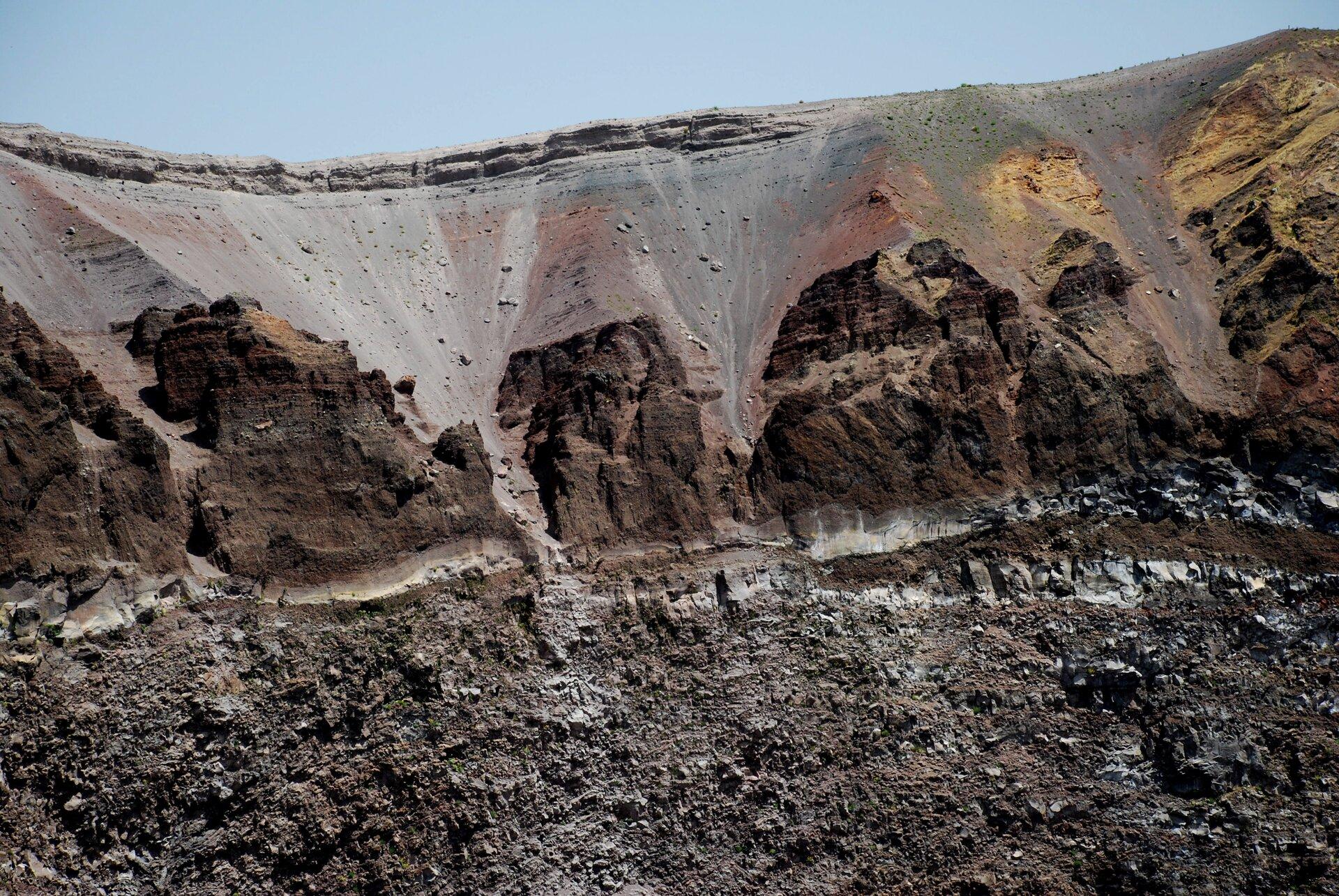 Na zdjęciu wnętrze krateru wypełnione skałami ipopiołami wulkanicznymi.