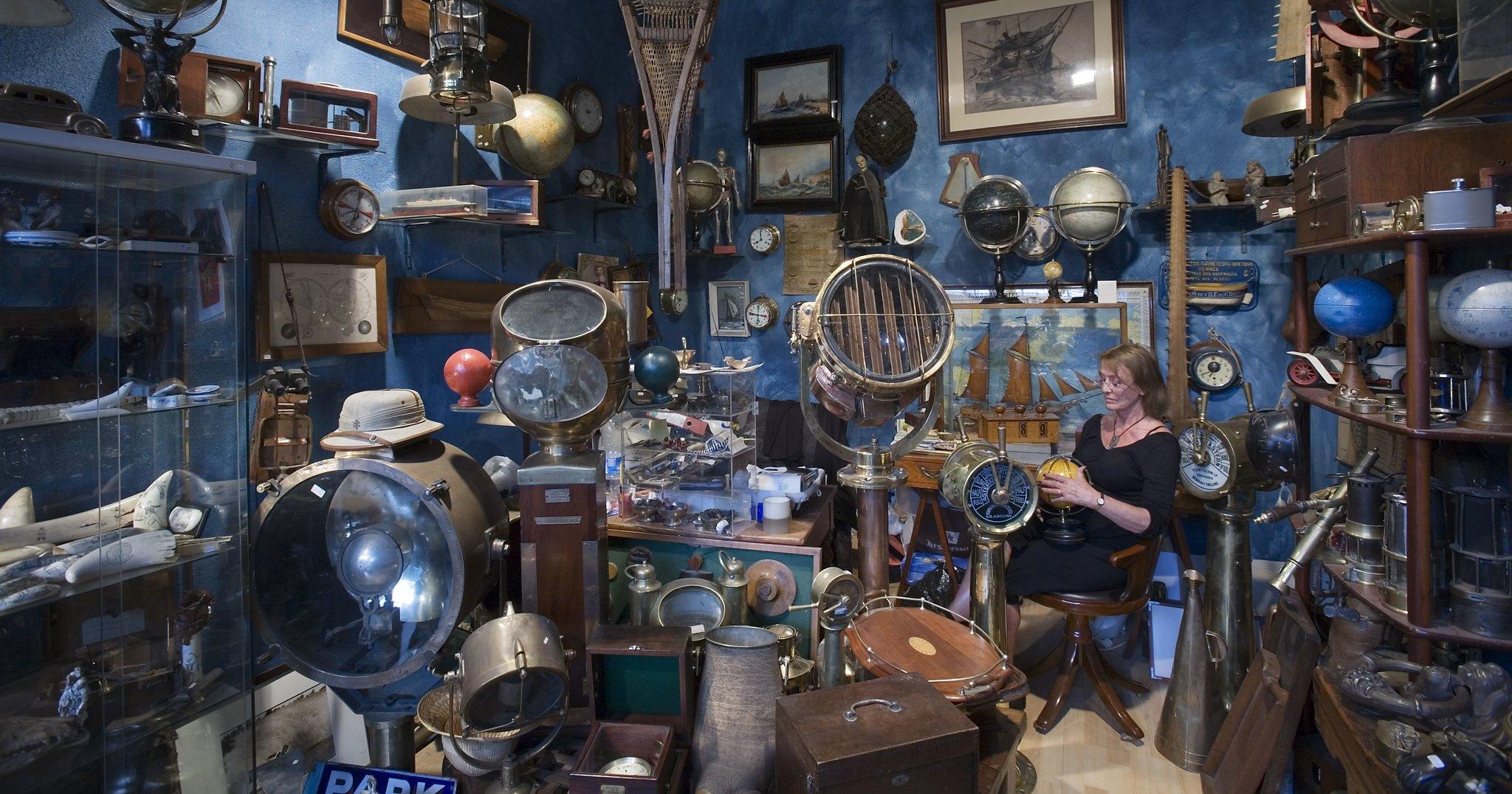 Królestwo przedmiotów - wparyskim sklepie ze starociami Królestwo przedmiotów - wparyskim sklepie ze starociami Źródło: Jorge Royan, licencja: CC BY-SA 3.0.