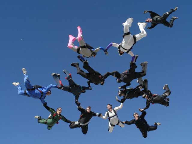 Skok ze spadochronem Źródło: domena publiczna.