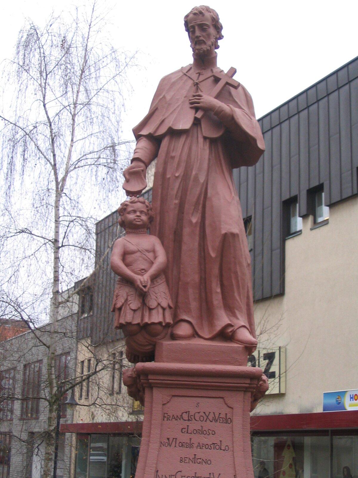 Rzeźba św. Franciszka Ksawerego Rzeźba św. FranciszkaKsawerego na moście wBensheim wNiemczech.Ujego stóp indyjskie dziecko, które jest chrzczone przez świętego. Źródło: Rzeźba św. Franciszka Ksawerego, 2006, fotografia, licencja: CC BY-SA 3.0.