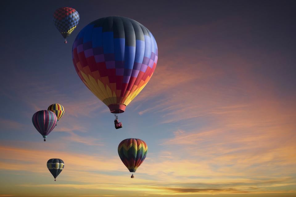 Na fotografii widać sześć kolorowych balonów, które wzniosły się wpowietrze.