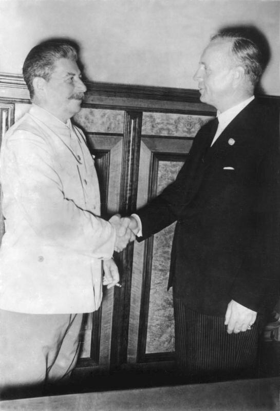 Podpisanie traktatu Ribbentrop-Mołotow Źródło: Podpisanie traktatu Ribbentrop-Mołotow, 1939, German Federal Archives, licencja: CC BY-SA 3.0.