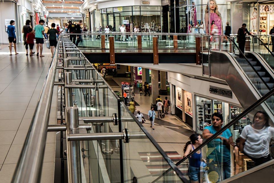 ludzie wcentrum handlowym zdj Źródło: licencja: CC 0.