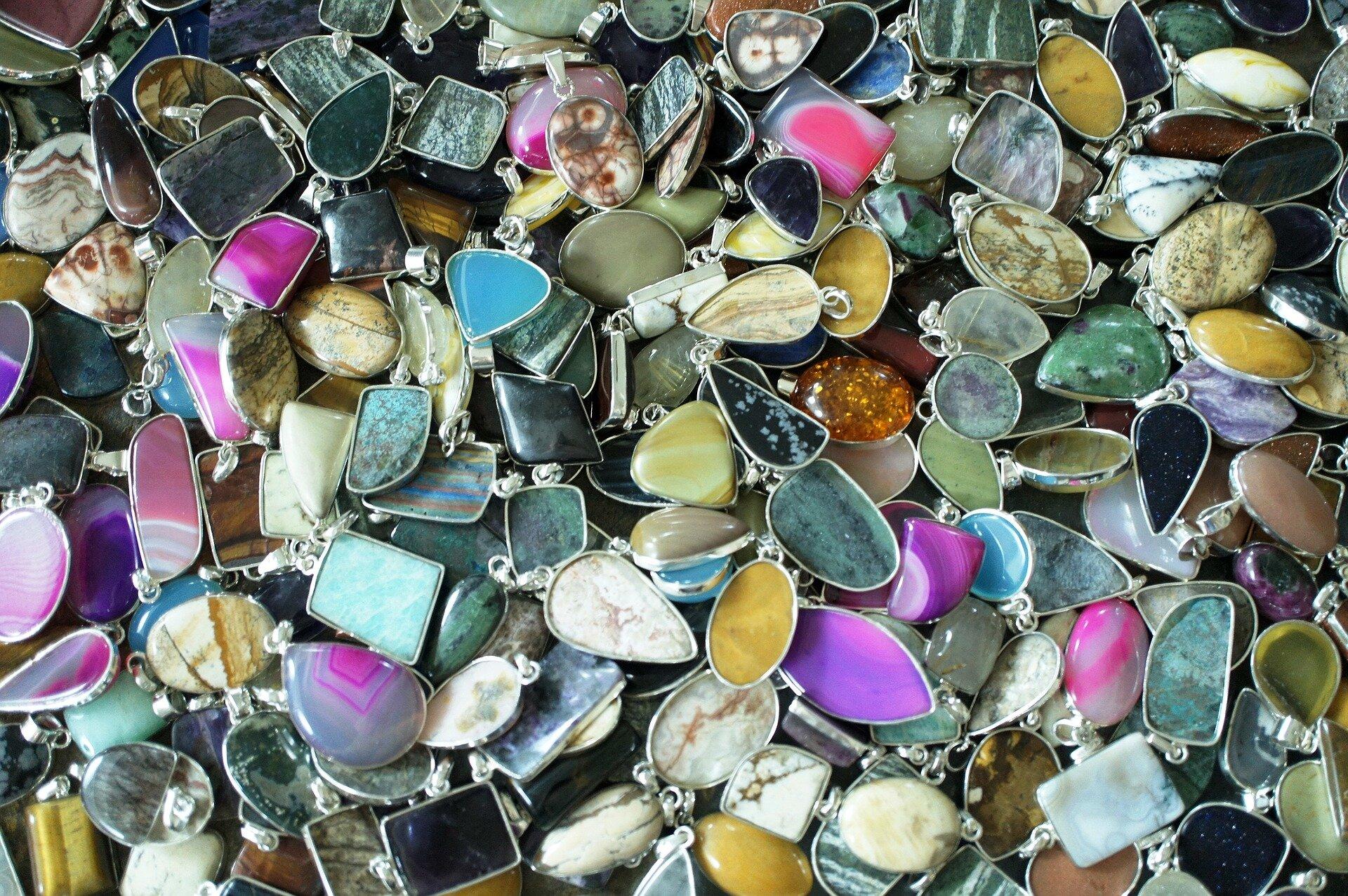 Biżuteria zkamieniami półszlachetnymi Biżuteria zkamieniami półszlachetnymi Źródło: www.pixabay.com, fotografia barwna, domena publiczna.