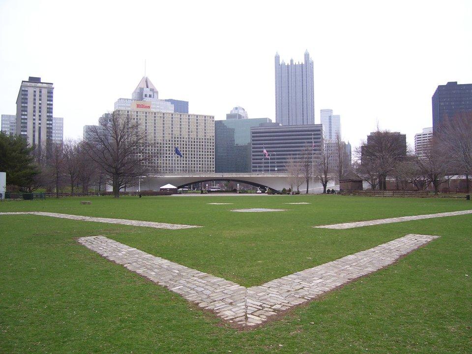 Zarys fortyfikacji Fortu Duquesne; woddali widać sylwetkędzisiejszego centrum miasta Pittsburgh. Zarys fortyfikacji Fortu Duquesne; woddali widać sylwetkędzisiejszego centrum miasta Pittsburgh. Źródło: Kevin Myers, 2006, Wikimedia Commons, licencja: CC BY-SA 3.0.