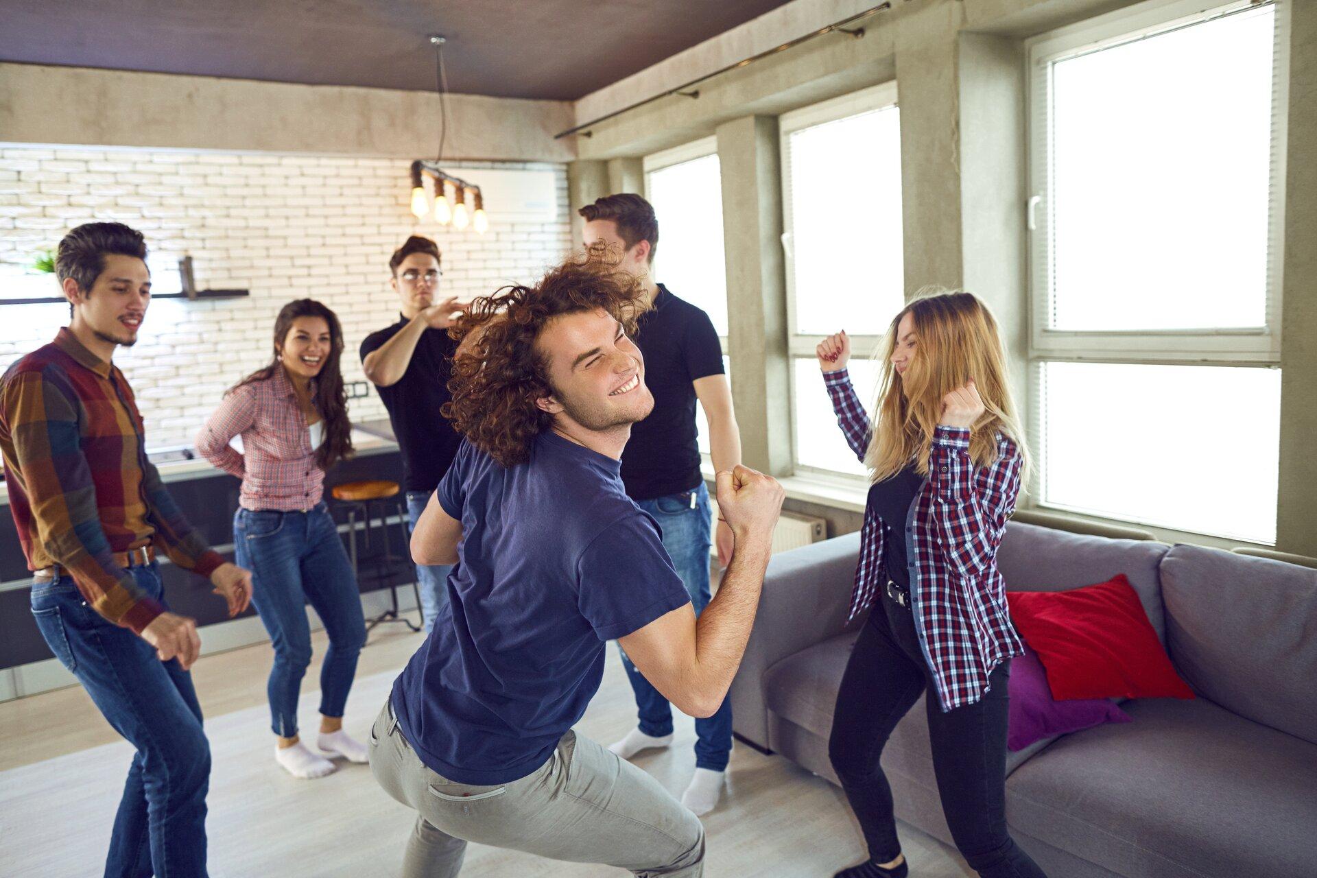 Ilustracja przedstawia sześciu nastolatków podczas tańca.