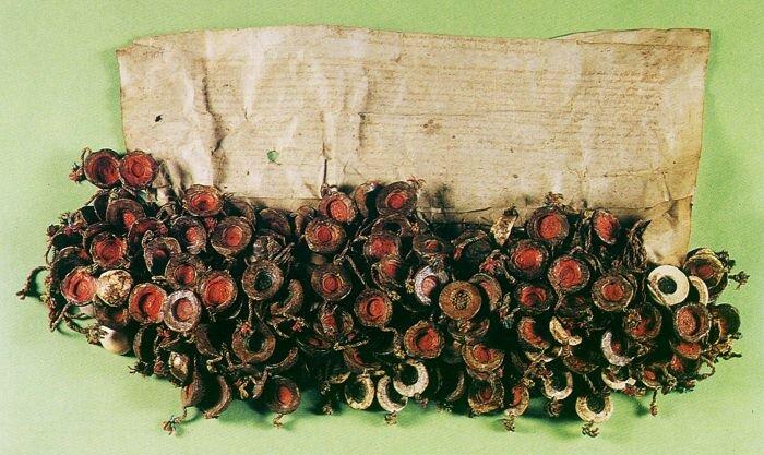 Akt konfederacji warszawskiej z1573.zpieczęciami osób, które podpisały dokument. Akt konfederacji warszawskiej z1573.zpieczęciami osób, które podpisały dokument. Źródło: Archiwum Główne Akt Dawnych wWarszawie, domena publiczna.