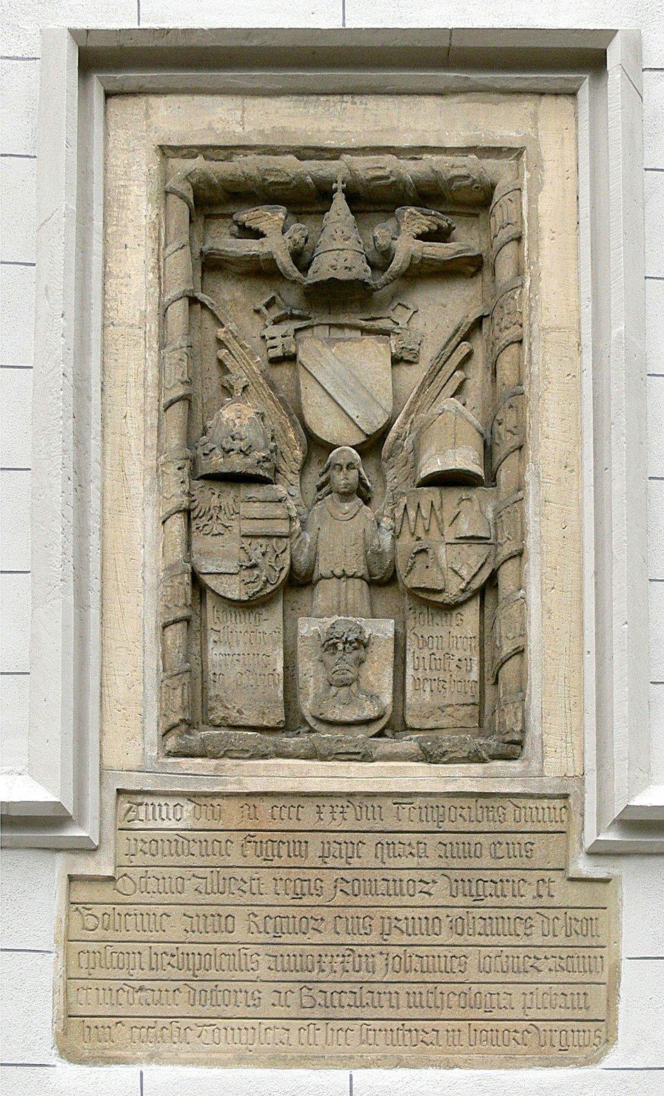 Tablica herbowa zkościoła wHassfurt (Niemcy) Jedna z248 tablic herbowych umieszczonych wKaplicy Rycerskiej św. Marii wmiejscowości Hassfurt wNiemczech. Źródło: Tablica herbowa zkościoła wHassfurt (Niemcy), 1431, domena publiczna.