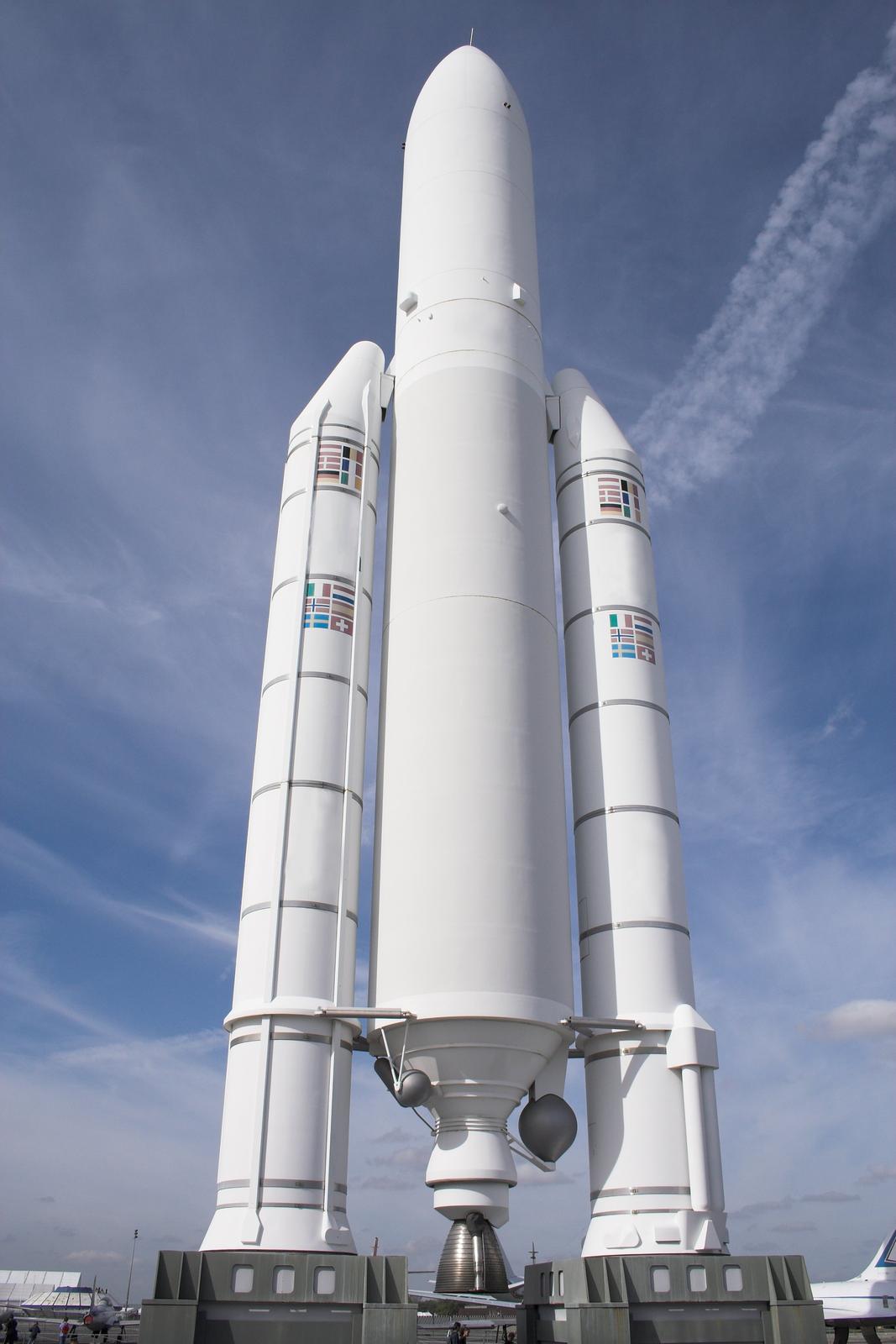 Fotografia przedstawia wieloczłonową rakietę kosmiczną