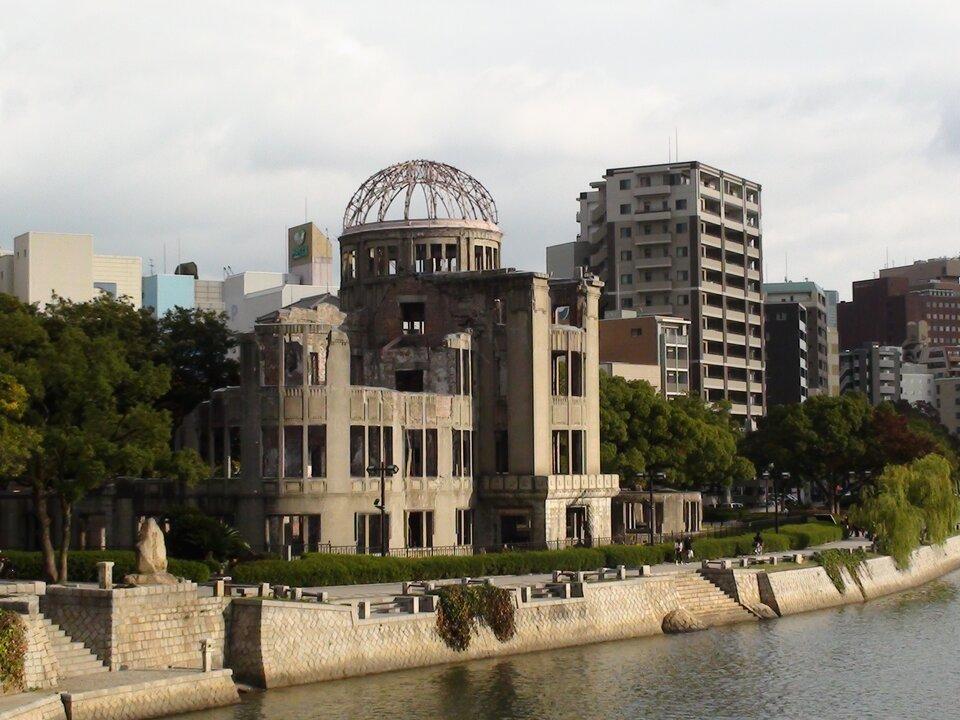 Na zdjęciu zabudowania na brzegu rzeki. Zniszczony budynek, którego ruina pozostała na pamiątkę, jako Kopuła Bomby Atomowej.