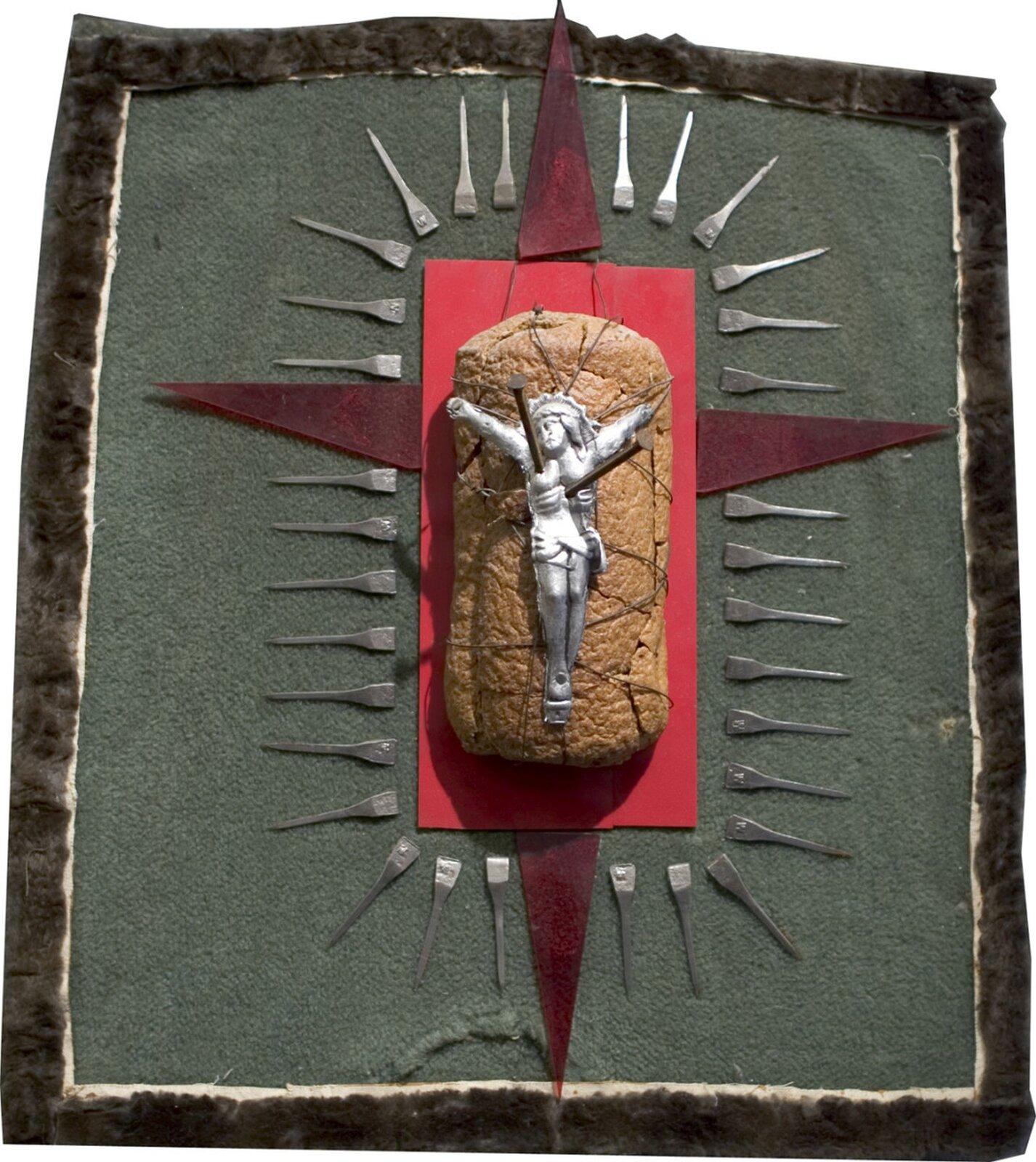 """Ilustracja przedstawiająca dzieło Władysława Hasiora pt. """"Chleb życia"""". Przedstawia onofigurkę ukrzyżowanego Chrystusa ułożoną na bochenku chleba."""