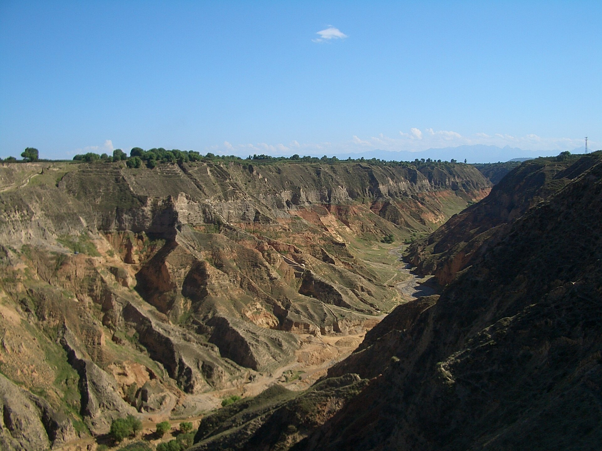 Na zdjęciu głęboki kanion ostromych zboczach.