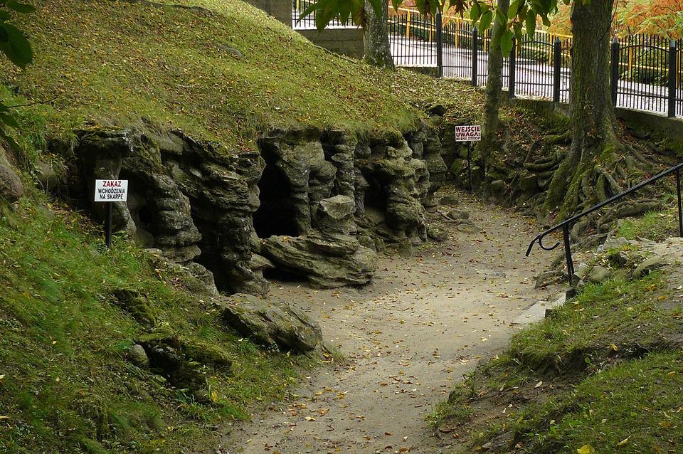 Fotografia prezentuje pagórek upodnóża, którego znajduje się wejście do groty.