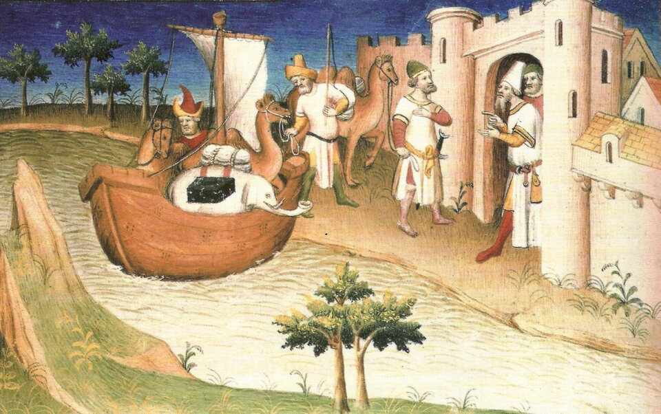 Obraz nie pokazuje prawdziwych proporcji ludzi iprzedmiotów. Przy bramie wbiałych murach miasta stoją mężczyźni, którzy rozmawiają. Za nimi na rzece unosi się drewniany okręt zrozwiniętym żaglem. Na pokładzie jest mężczyzna, aznim zwierzęta - słoń, wielbłąd ikoń. Woddali są dalsze m,ury miasta idrzewa.