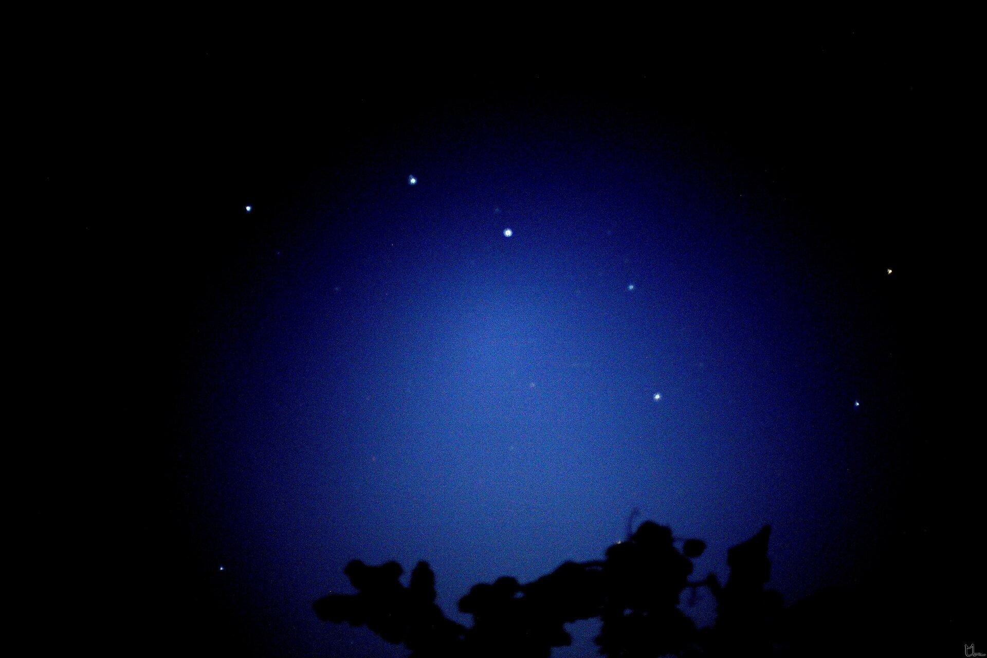 Na zdjęciu niebo nocą, gwiazdozbiór Wielki Wóz składający się zkilku gwiazd ułożonych wkształt wozu zdyszlem zlewej strony.