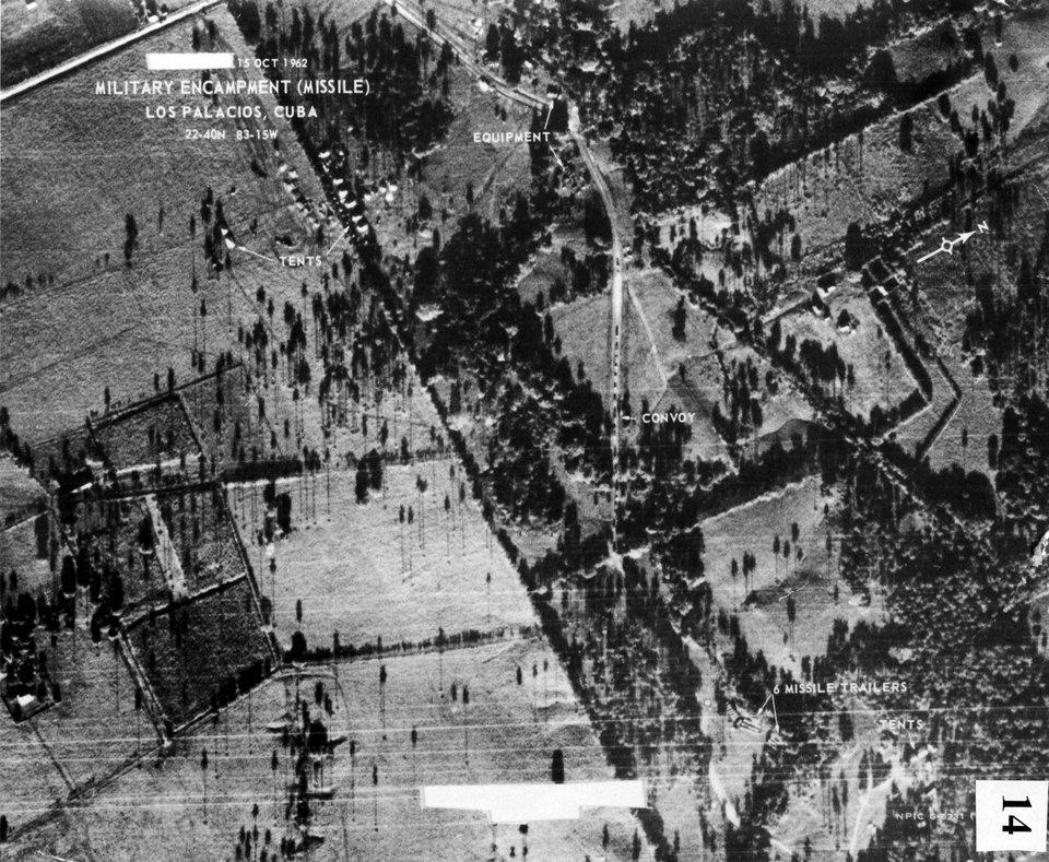 Zdjęcie urządzeń rakietowych na Kubie wykonane 14 października 1962 roku zpokładu U-2 Źródło: USAF, Zdjęcie urządzeń rakietowych na Kubie wykonane 14 października 1962 roku zpokładu U-2, domena publiczna.