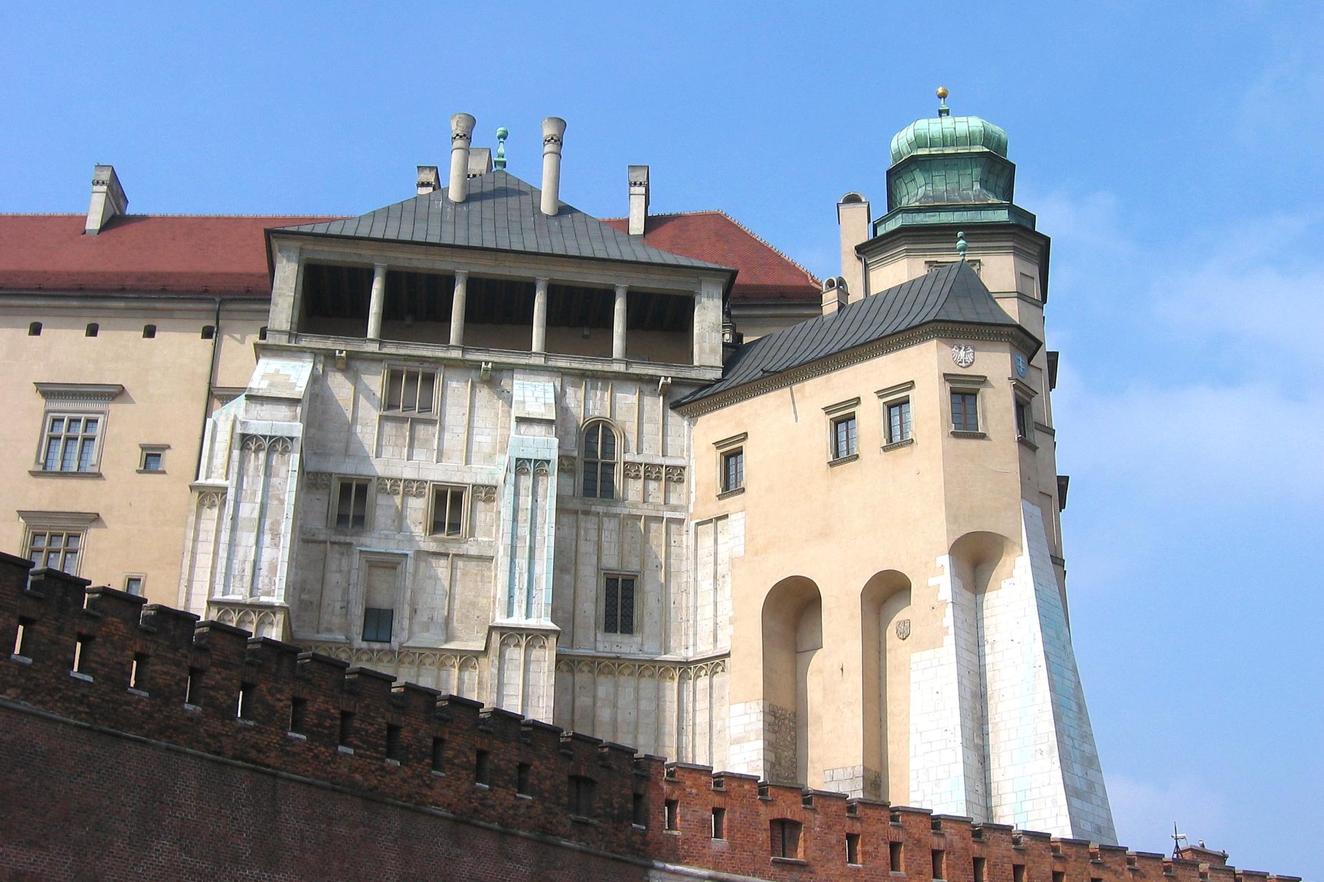 Zdjęcie przedstawia wschodnie skrzydło Zamku Królewskiego na Wawelu wraz zjego podporą, wieżą zwaną Kurzą Stopką po prawej stronie. Według przekazów wieża była siedzibą Michała Sędziwoja, alchemika iodkrywcy tlenu.