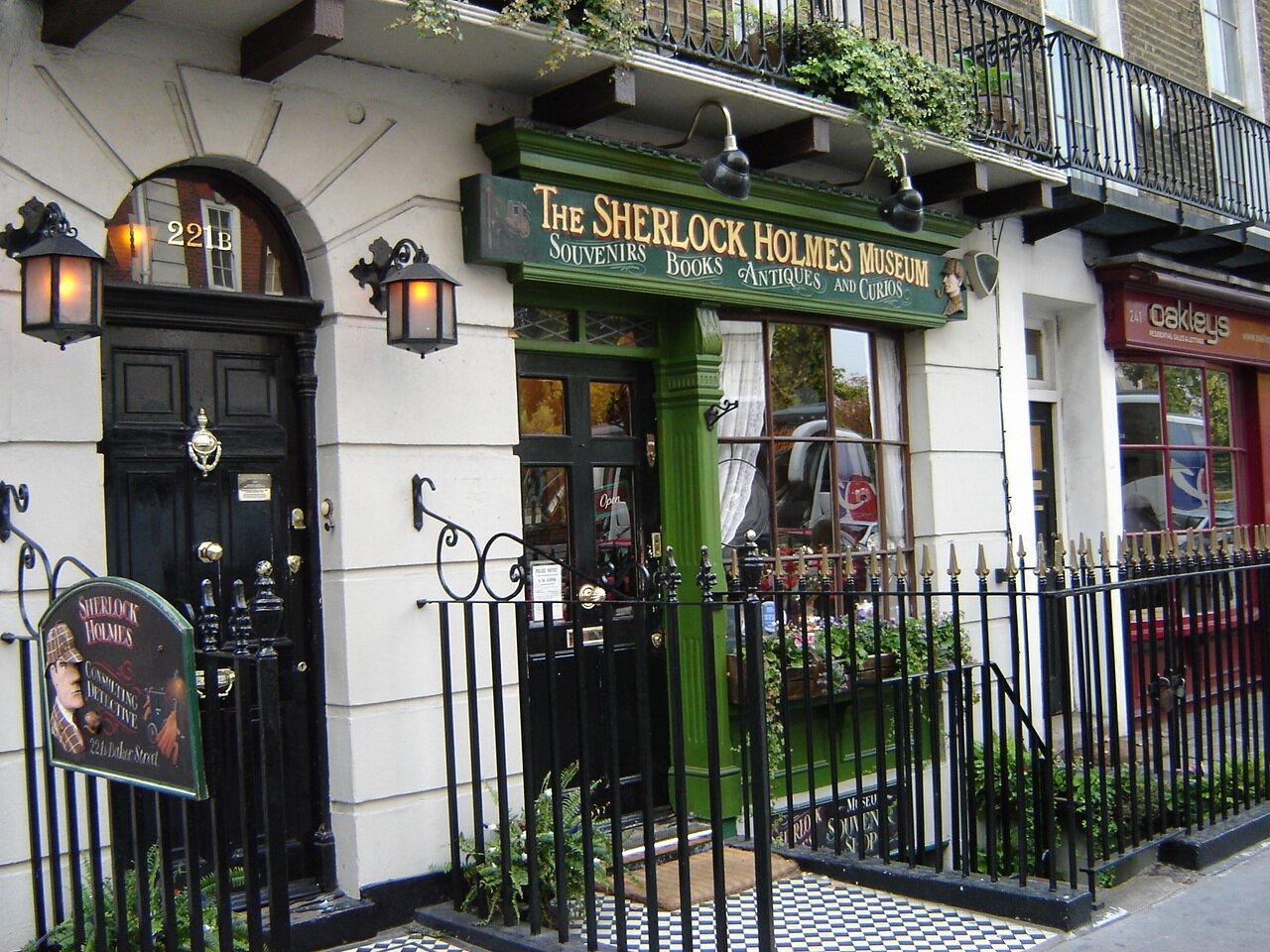 Chociaż Sherlock Holmes jest postacią fikcyjną, jego twórca ulokował mieszkanie bohatera wLondynie pod realnie istniejącym adresem: Baker Street 221B. Chociaż Sherlock Holmes jest postacią fikcyjną, jego twórca ulokował mieszkanie bohatera wLondynie pod realnie istniejącym adresem: Baker Street 221B. Źródło: Jordan1972, fotografia barwna, domena publiczna.