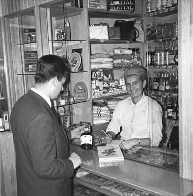 """Kiosk dewizowy whotelu """"Continental"""" Orbis wSzczecinie Kiosk dewizowy whotelu """"Continental"""" Orbis wSzczecinie Źródło: 1966, domena publiczna."""