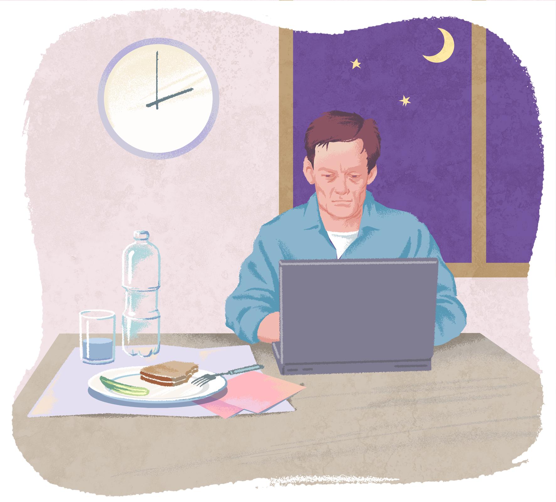Za biurkiem siedzi mężczyzna. Twarz ma zmęczoną. Stoi przed nim laptop. Na biurku butelka wody, talerz znieruszoną kanapką. Na ścianie za nim zegar wskazuje godzinę drugą. Po prawej stronie okno. Za nim ciemne niebo zksiężycem igwiazdami.