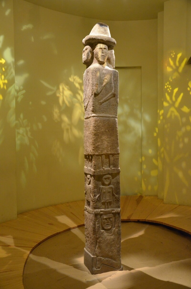 Posąg Światowida ze Zbrucza Światowid ze Zbrucza. Posąg jest wykonany jest zwapienia ima wysokość 2,57 m. Wydobyty wXIX w. na Podolu. Źródło: Silar, Posąg Światowida ze Zbrucza, fotografia, Muzeum Archologiczne wKrakowie, licencja: CC BY-SA 3.0.
