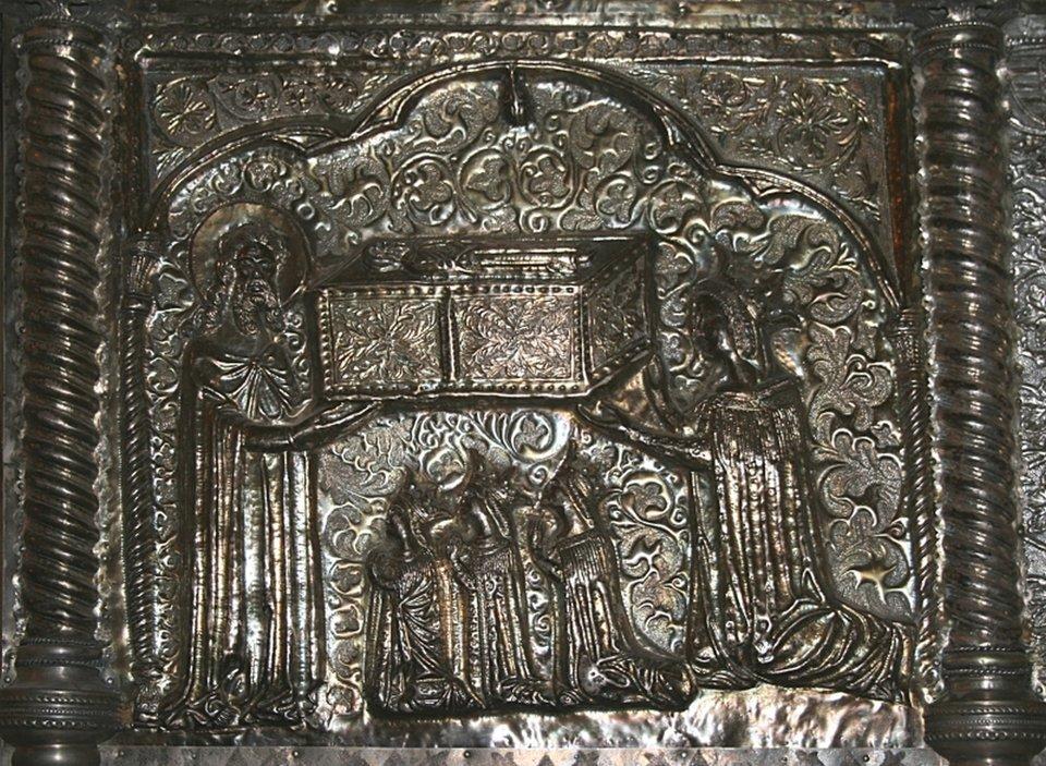 Sarkofag św. Symeona wkościele pod jego wezwaniem, Zadar (Chorwacja) Elżbieta Bośniaczka zcórkami na jednej zpłaskorzeźb znajdującym się na sarkofagu św. Symeona, zawierającym zmumifikowane szczątki świętego. Źródło: Francesco di Antonio da Sesto, Sarkofag św. Symeona wkościele pod jego wezwaniem, Zadar (Chorwacja), 1377-1380, repusowana blacha srebrna, złocenia, drewno cedrowe, kopia znajdująca się wChorwackiej Akademii Nauki iSztuki, domena publiczna.