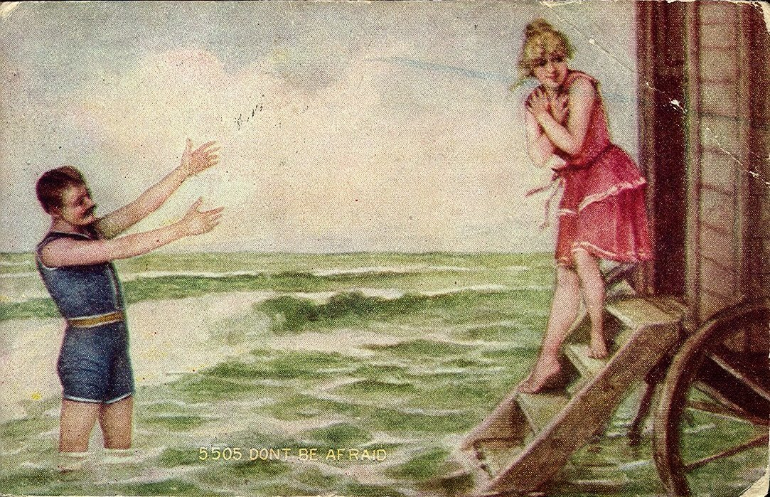 """""""Nie lękajcie się"""" - Mężczyzna ikobieta wstrojach kąpielowych Źródło: """"Nie lękajcie się"""" - Mężczyzna ikobieta wstrojach kąpielowych, 1912, domena publiczna."""