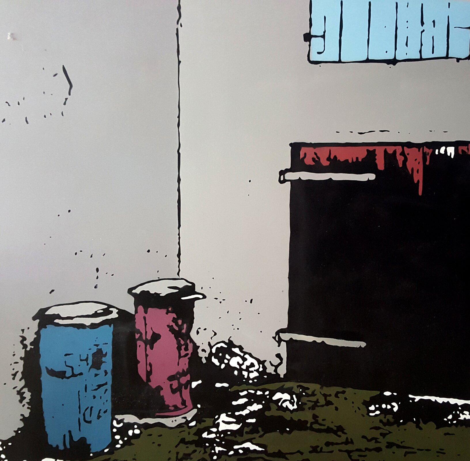 Zdjęcie ukazuje grafikę koszy na śmieci wkolorach niebieskim oraz różowym. Wtle ukazane są czarne drzwi oraz szara ściana budynku.