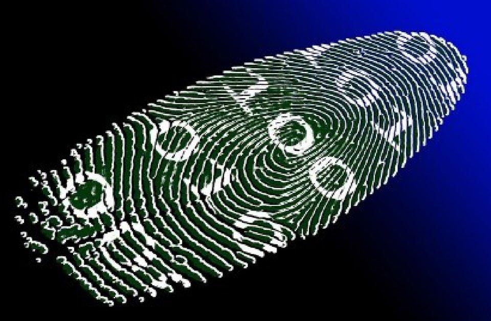 Symboliczny rysunek na temat danych biometrycznych, odcisk linii papilarnych zwkomponowanymi liczbami binarnymi