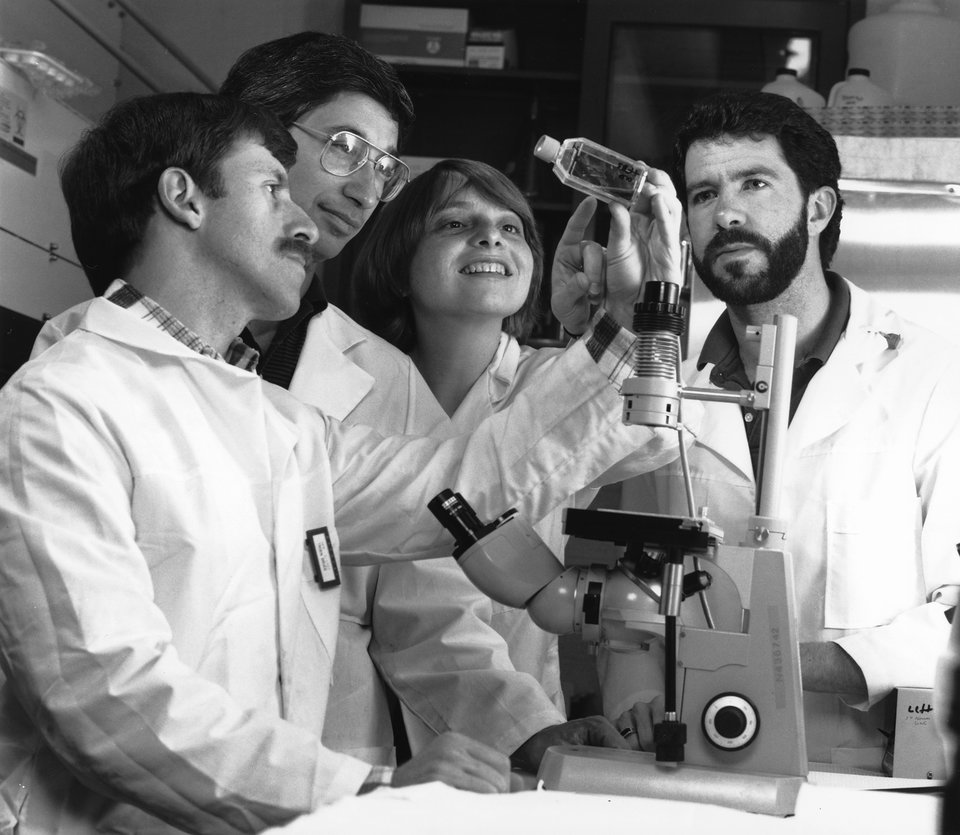Grupa naukowców analizująca preparat Grupa naukowców analizująca preparat Źródło: domena publiczna.