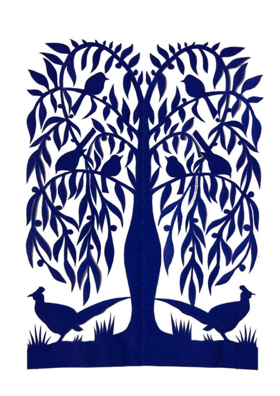Ilustracja przedstawia sieradzką wierzbę. Jest to niebieski wzór wycinanki przedstawiający płaczącą wierzbę, na gałęziach której siedzą ptaki. Na ziemi wśród trawy pod wierzbą po obu stronach stoją bażanty.